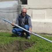 Montaggio del tubo da posizionare trasversalmente alla fossa